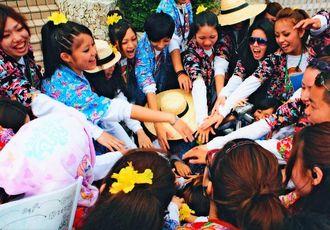 後輩を歓迎するキャンプに出発。大学の仲間と円陣を組む玉城歩(左から2人目)=2010年(本人提供)