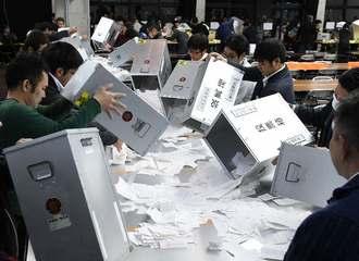 開票作業を始める選挙事務従業者=4日午後9時過ぎ、名護市民会館(喜屋武綾菜撮影)