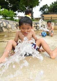 暑いぜ沖縄! 石垣で32・8度、県内15地点で今年最高気温 12日まで蒸し暑さ続く