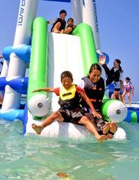 海に飛び込め~ 沖縄・万座ビーチで海開き 子どもも観光客もワクワク