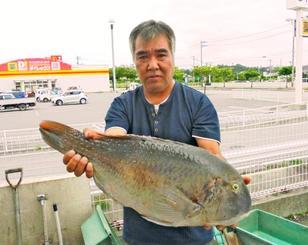 宮城島で61・5センチ、4・71キロのマクブを釣った新里康博さん=6日