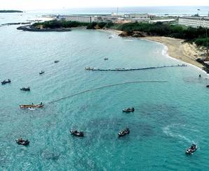 辺野古新基地建設工事が再開。海上にフロートを出す作業船=1日午前10時25分、名護市・大浦湾(小型無人機で撮影)