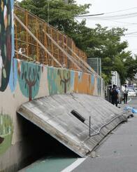 大阪府北部地震で倒壊した同府高槻市立寿栄小のブロック塀=2018年6月
