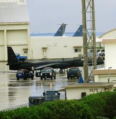 旧海軍駐機場の格納庫に入るU2偵察機=嘉手納基地、31日午後3時12分