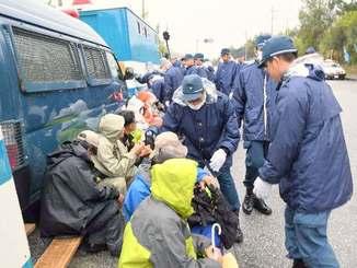ゲート前に座り込む市民を排除する機動隊員=13日午後0時17分、名護市辺野古