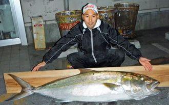 12日、慶良間沖で172センチ44・4キロのカンパチを釣った仲村勇也さん。リールはオシアジガー3000、リーダー12号
