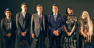 フォトセッションに応じる(左から)山城智二さん、筒井道隆さん、奥田瑛二さん、照屋年之監督、水崎綾女さん、古謝美佐子さん=17日、那覇市おもろまち・シネマQ