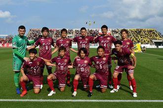 試合前、記念撮影に臨む琉球イレブン