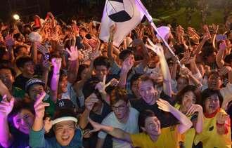 フィナーレでカチャーシーを踊り、盛り上がる若者たち=23日、うるま市・勝連城跡(下地広也撮影)