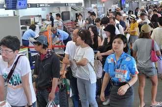 台風8号接近で、島を出る観光客らで混雑する空港ロビー=9日午前11時50分、宮古空港