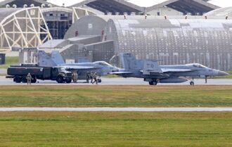 米軍嘉手納基地で給油する米海軍所属のFA18戦闘機=4日午後0時46分、同基地(読者提供)