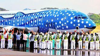 開港した新石垣空港で職員らに見送られて那覇へ向かうJTAのジンベエジェット