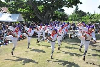 馬型を腹に付け、躍動感あふれる舞を見せる「馬乗者(ンマヌシャ)」=4日、竹富島・世持御嶽前広場