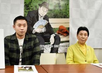 袴田巌さんの姉秀子さん(右)と記者会見する、事件の概要を描いた漫画の作画をする森重水さん=23日午後、東京都文京区