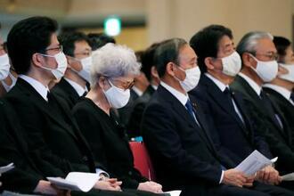 横田滋さんのお別れの会に出席した(左2人目から)妻の早紀江さん、菅首相ら=24日午後、東京都千代田区