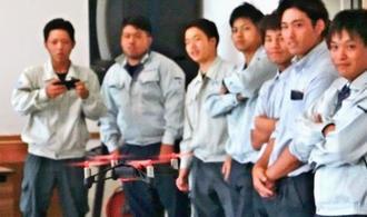 ドローンを操縦を学ぶ建設会社の若手社員ら=浦添市、沖縄建設労働者研修福祉センター