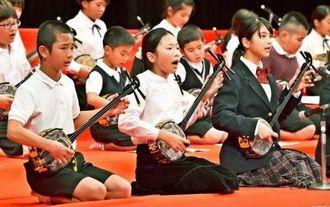 大きな声で「ヒヤミカチ節」を歌う子どもたち