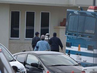 米軍キャンプ・シュワブ内に連行される男性(右から2人目)=15日午前10時40分ごろ、名護市辺野古