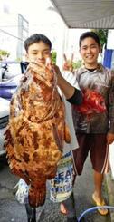 慶良間で78センチ、16・15キロのアーラミーバイを釣った魚軍団の當銘俊樹さん(左)=20日
