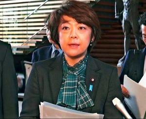 閣議後、取材に応じる島尻安伊子沖縄担当大臣=15日、官邸(内閣府ホームページから)