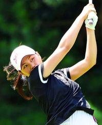 女子15~17歳の部 5アンダーの68で首位発進した新垣比菜(興南高)=霞ケ関CC(日本ゴルフ協会提供)