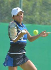 女子個人シングルスで決勝進出を決めた沖尚のリュー理沙マリー=7日、大阪府・テニスマリンパーク・北村