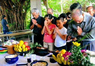 慰霊祭で焼香する参列者=宮古島市平良