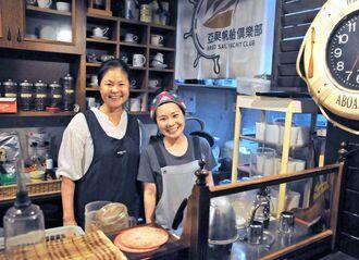 「笑顔は一つの大事な調味料」と話す平得里江子さん(左)らスタッフ=10日、石垣市美崎町