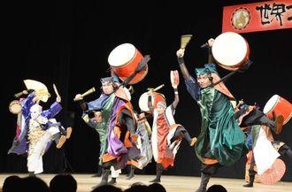 ダイナミックな演舞を見せたCHURASA=21日、国立劇場おきなわ