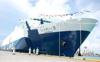 那覇港に初入港した「しゅれいⅡ」=12日、那覇港