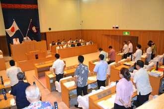 嘉手納基地の旧海軍駐機場の使用と同基地周辺でのパラシュート降下訓練中止を求める意見書と抗議決議を可決した沖縄市議会=15日午前10時35分ごろ、沖縄市議会