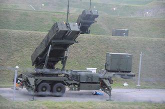 発射口を上空に向けるPAC3=2013年4月19日、南城市・航空自衛隊知念分屯地