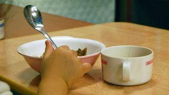 夜間保育所で食事をする幼児(2010年撮影)