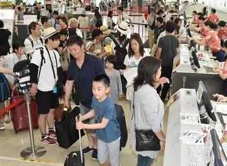 観光客でごった返す那覇空港