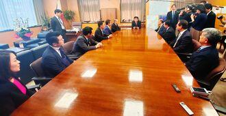 衛藤晟一沖縄担当相(中央奥)に首里城の早期再建を要望する10人の県関係国会議員=1日、内閣府