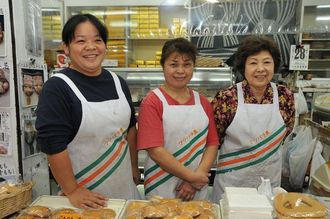 明るい笑顔で店を切り盛りする女性陣