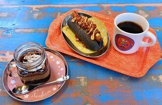 定番のヒロコーヒー(右)。コーヒー豆炭を練り込んだブラックドッグ(中央)やコーヒープリンとゼリーが2層になったヒロプリンゼもお薦め