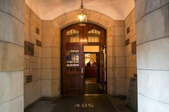 ニューヨークにあるドナルド・トランプ・ジュニア氏自宅の建物のロビー=12日(ロイター=共同)