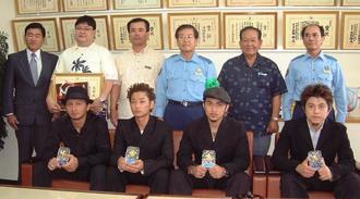 深夜はいかい防止運動のモデルに起用され、浦添警察署から感謝状を贈られたDAPUMPのメンバー=2000年9月27日、同署