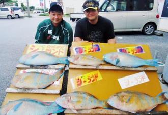 辺戸岬で60.2センチ、3.71キロのアーガイを釣った花城光重さん(右)=5月28日