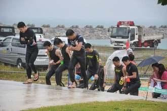 荒天のために中止となった石垣島トライアスロンのスイム会場を後にする参加者ら=15日、石垣市・南ぬ浜町人口ビーチ