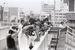 「最後の右側通行」をカメラに収める人たち=1978年7月29日、那覇市