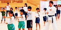 空手会館で琉大生が小学生に指導 普及へ実践