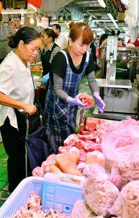 沖縄はきょうからお盆 肉にサトウキビ…公設市場は大にぎわい 売れ行きは「平日の10倍以上」