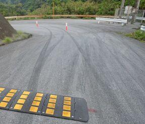 道路のタイヤ痕は、減速を促すハンプ(こぶ)の上にも残されていた=5日午前7時40分ごろ、沖縄県国頭村
