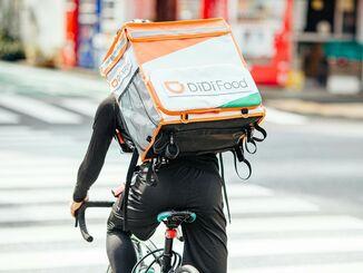 注文された商品を運ぶDiDiFoodの配達員(提供)