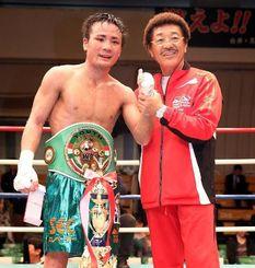 10回TKOで初防衛に成功し、具志堅用高会長に祝福される比嘉大吾(左)=東京・後楽園ホール(エムアイプランニング撮影)