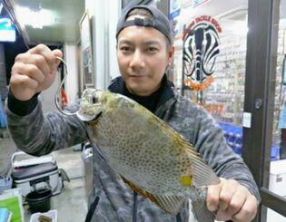 西崎漁港で35・5センチのカーエーを釣った深澤豊基さん=1月24日
