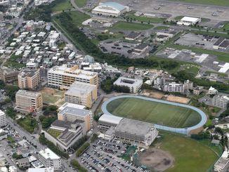 (資料写真)沖縄国際大学。普天間飛行場と隣接している