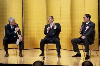 日本プロ野球OBクラブの「ファンとの集い」でトークショーを行う江夏豊さん(中央)と田淵幸一さん(右)。左は司会の青島健太氏=10日、東京都内のホテル